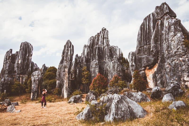 Touriste féminin et formations énormes de chaux de roches image libre de droits