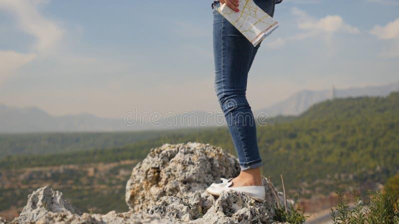 Touriste féminin voyageant le monde avec la carte photo libre de droits