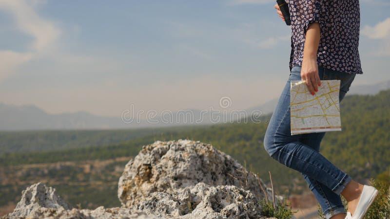 Touriste féminin voyageant le monde avec la carte photographie stock