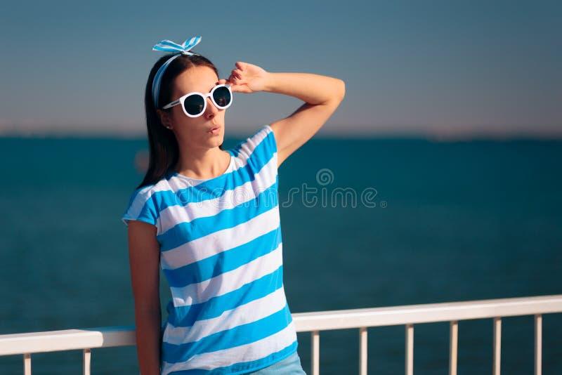Touriste f?minin gai avec le T-shirt et les lunettes de soleil d?pouill?s de marine image libre de droits