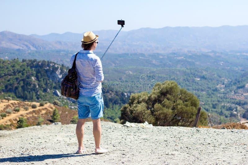 Touriste faisant le selfie dans la perspective du beau paysage photo libre de droits