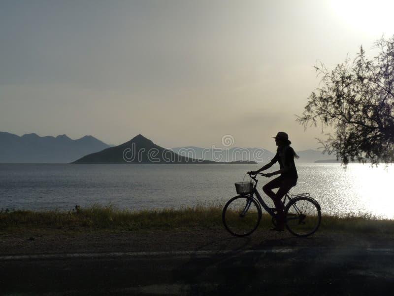 Touriste faisant un cycle le soir photos libres de droits