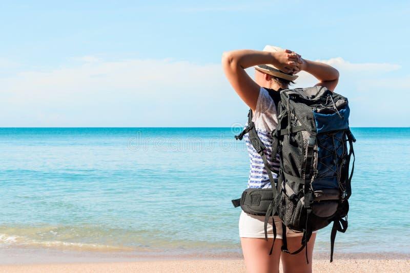 Touriste fatigué avec un sac à dos près d'apprécier de mer photos libres de droits