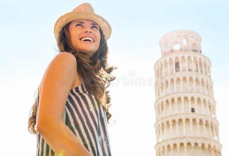 Touriste heureuse de femme à la tour penchée de Pise photographie stock