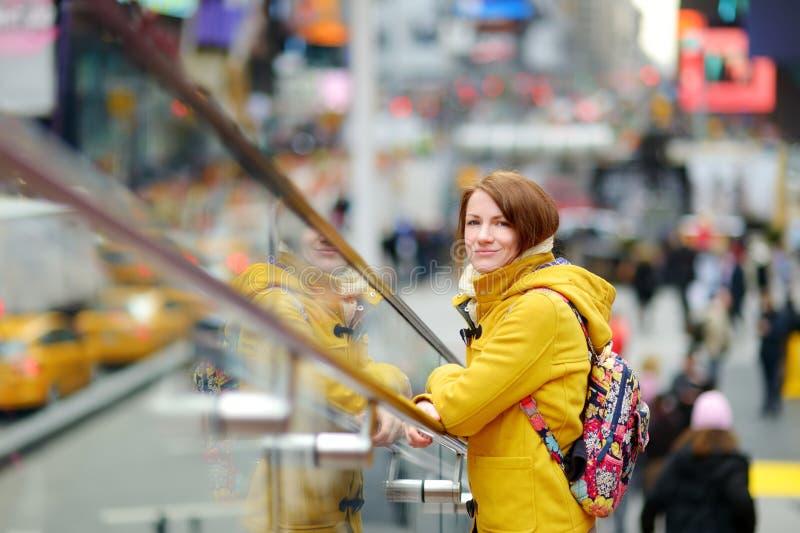 Touriste heureux de jeune femme visitant le pays parfois place à New York City Voyageur féminin appréciant la vue de Manhattan du photos libres de droits