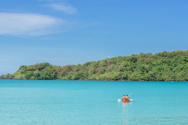 Touriste kayaking dans l'océan thaïlandais de la vue arrière, Phuket photos stock