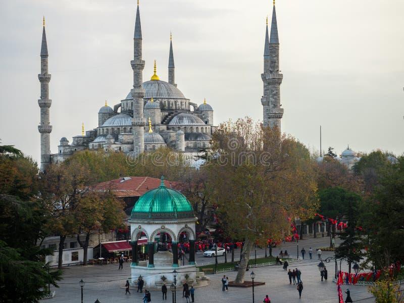 Touriste marchant autour de la mosquée bleue Sultan Ahmed et Sultanahmet - ISTANBUL, TURQUIE, 27 11 2017 photos libres de droits