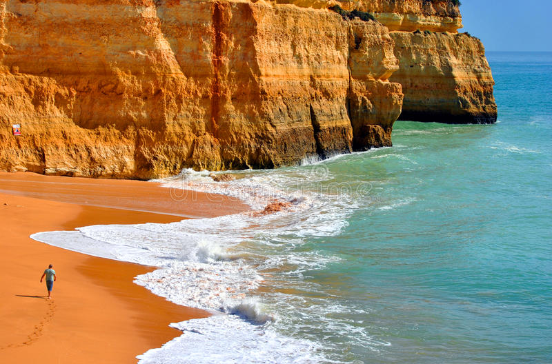 Touriste marchant sur la plage de Benagil sur la côte d'Algarve photos libres de droits