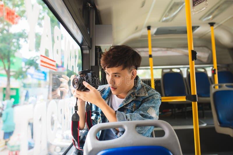 Touriste masculin asiatique prenant la vidéo de la ville utilisant l'appareil photo numérique images stock