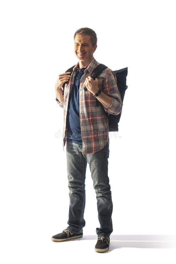 Touriste masculin d'une cinquantaine d'années avec un Lit de sac à dos par coucher du soleil images stock