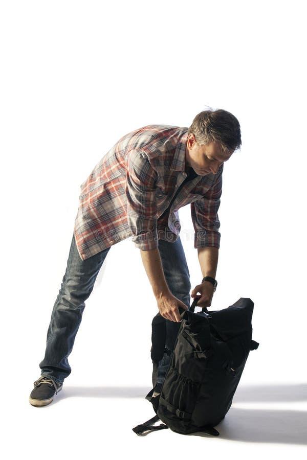 Touriste masculin d'une cinquantaine d'années emballant un Lit de sac à dos par coucher du soleil photographie stock libre de droits