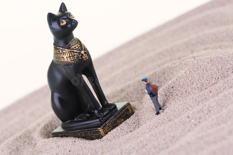 Touriste miniature avec la statue égyptienne de Bastet de gardien photo stock