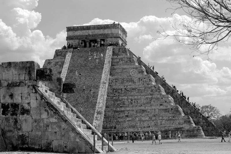 Touriste montant la pyramide principale dans Chichen Itza, Mexique images stock