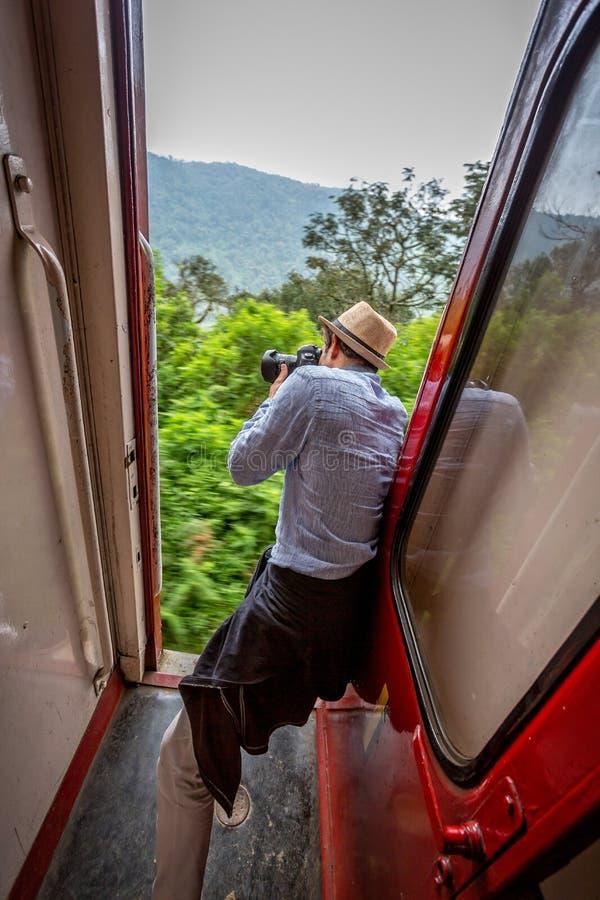 Touriste photographiant de la porte ouverte de train prise en voyage ferroviaire de Nanu Oya dans Sri Lanka photos stock