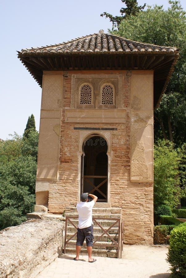 Touriste prenant des photos d'un pavillon en Alhambra Palace Garden, Espagne images stock