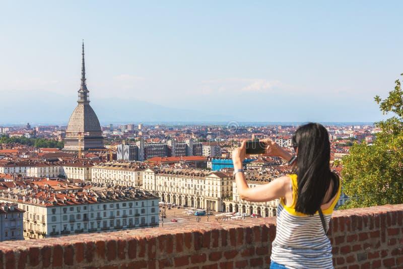 Touriste prenant une photo panoramique de Torino centre de la ville de Turin, Italie avec le point de repère de la taupe Antonell images libres de droits