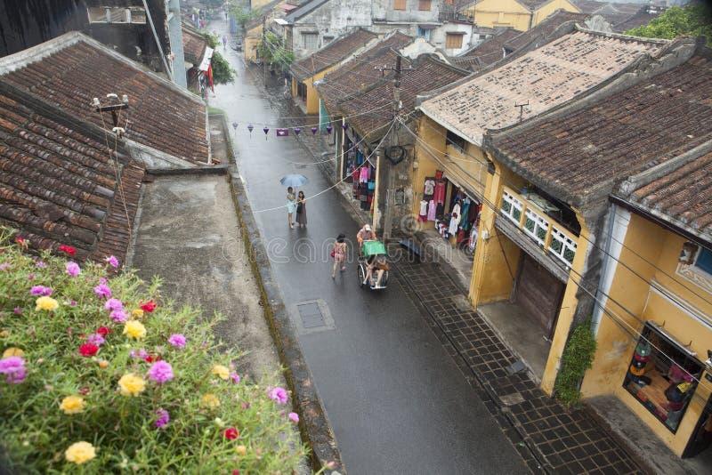 Touriste prenant une visite pour découvrir la ville antique de Hoi An par cyclo un jour pluvieux photographie stock