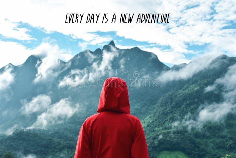 Touriste regardant le Mountain View avec la citation de motivation photo stock