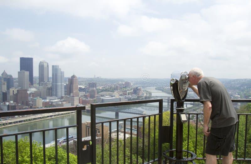 Touriste regardant par le viseur photos stock