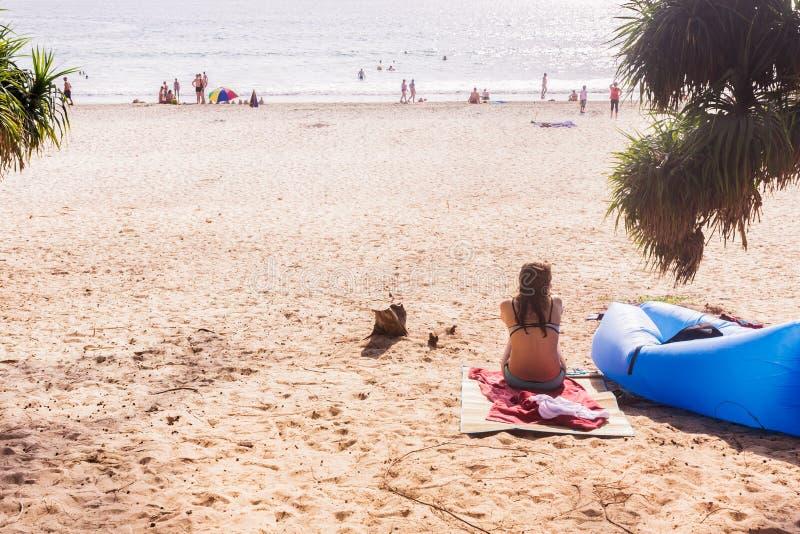 Touriste s'asseyant pour prendre un repos à la plage de ` de Kata Noi de `, Phuket, Thaïlande image stock