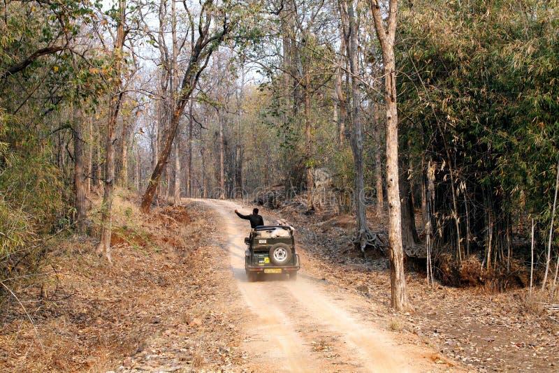 Touriste se déplaçant dans la jeep de safari dans la réservation de tigre de Pench images stock