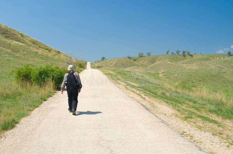 Touriste seul sur la route criméenne photos stock