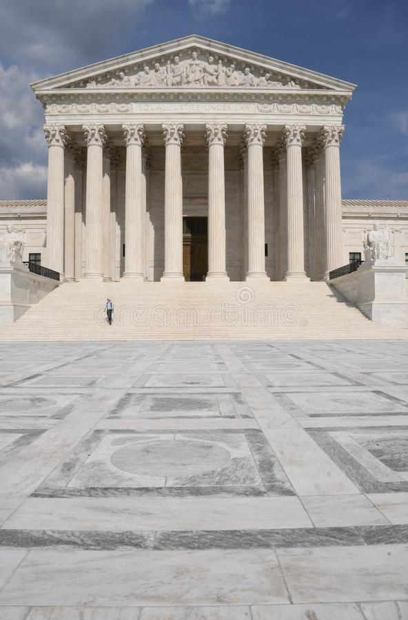 Touriste solitaire sur les étapes d'U S Bâtiment de court suprême à Washington, D C images libres de droits
