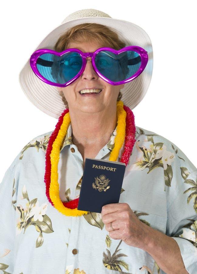 Touriste supérieure mûre drôle de femme, voyage, passeport, d'isolement images stock