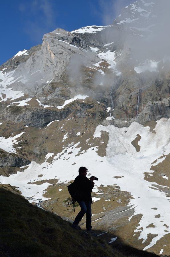 Touriste sur la pente de montagne du cirque Troumouse photographie stock libre de droits