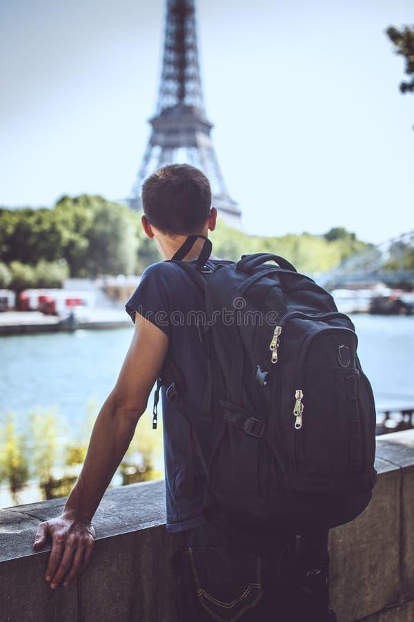 Touriste sur le pont près de Tour Eiffel photos libres de droits