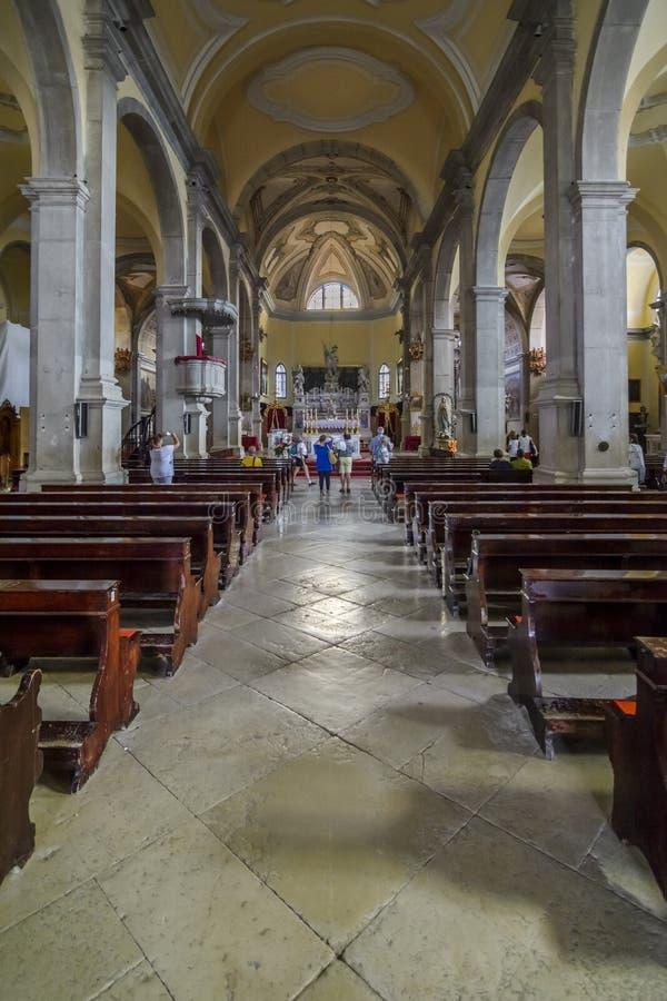 Touriste visitant l'église intérieure de St Euphemia, Rovinj, Croati photographie stock libre de droits