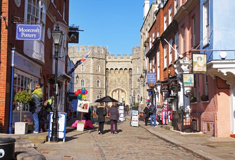Touristen außerhalb des Windsor Schlosses in England stockbilder