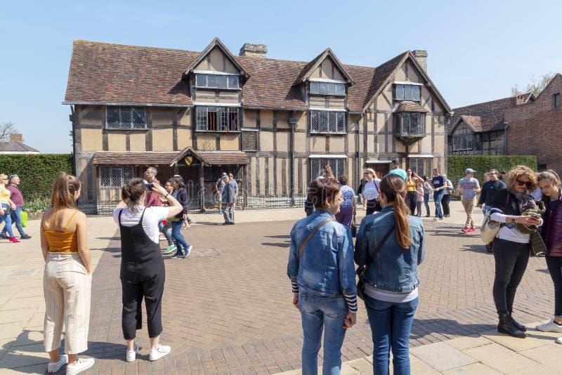 Touristen außerhalb Shakespeare-Geburtsortes an einem warmen Frühlingstag lizenzfreie stockfotos