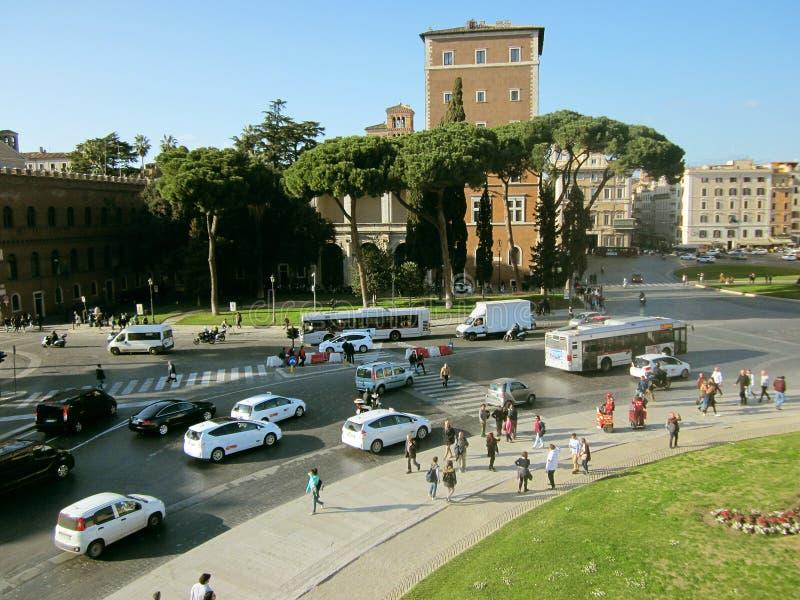 Touristen auf dem Hintergrund von Anziehungskräften und von Landstraßen in Rom stockfotografie