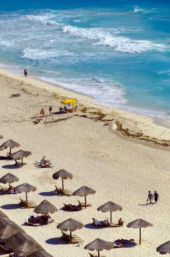Touristen auf dem Strand in Cancun stockfotografie