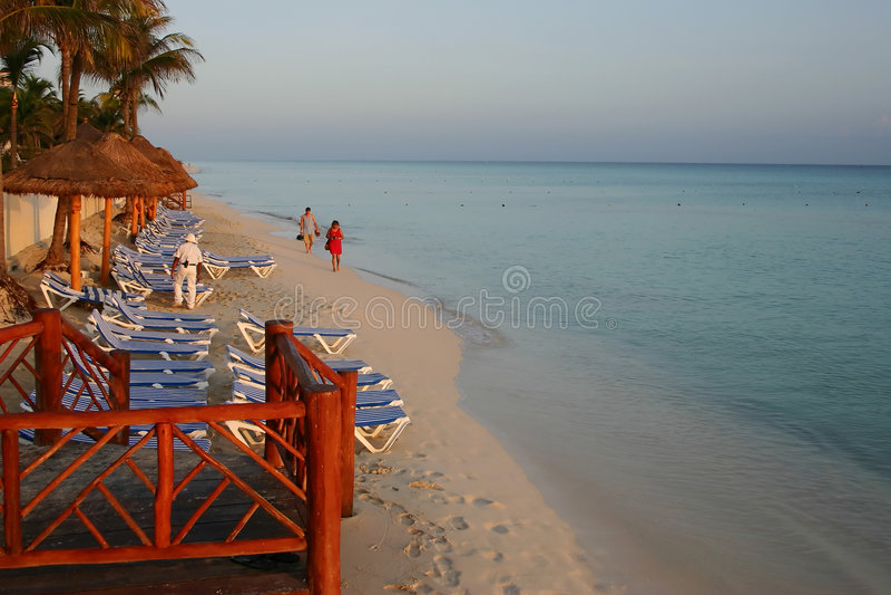 Touristen auf dem Strand an der Dämmerung lizenzfreie stockbilder