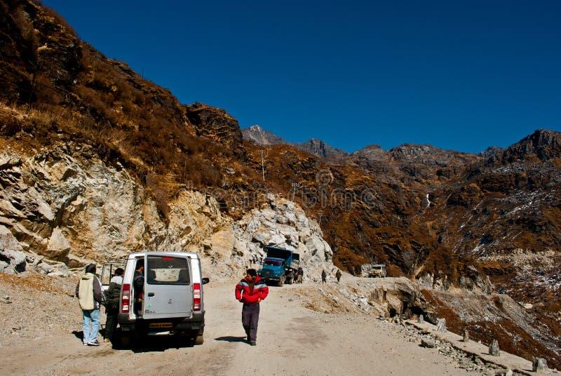 Touristen auf dem Weg zu Nathula-Durchlauf lizenzfreies stockfoto