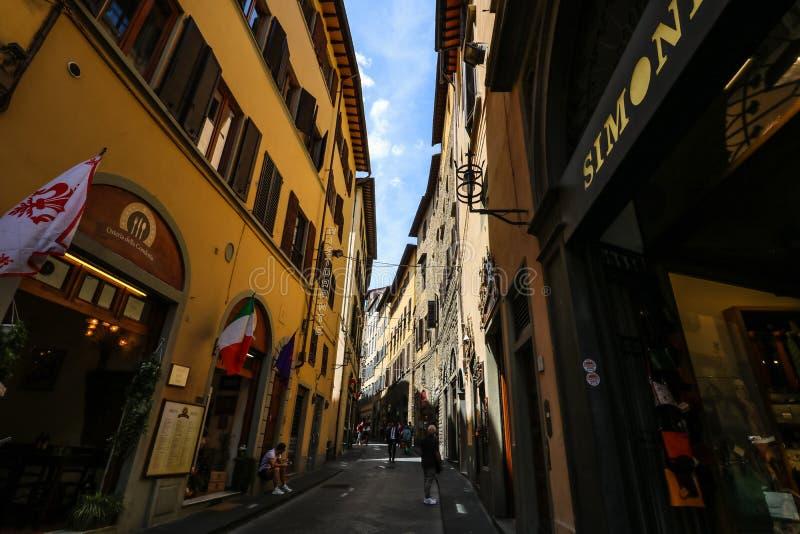 Touristen auf den schmalen Straßen der alten mittelalterlichen Stadt von Florenz lizenzfreie stockfotos
