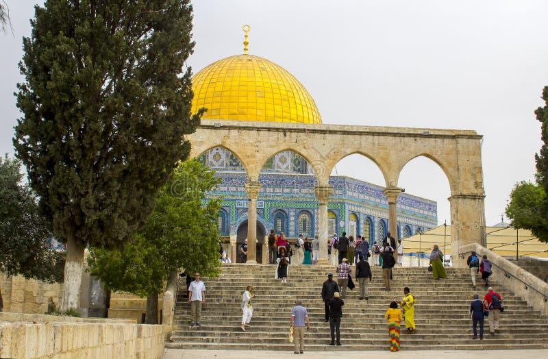 Touristen auf den Schritten an der alten Haube des Felsens islamisch Ho lizenzfreie stockfotografie