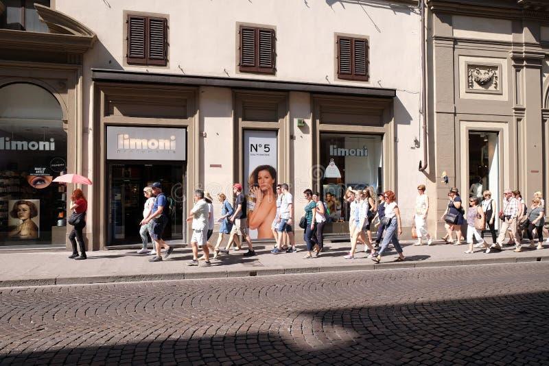 Touristen auf den Straßen von Florenz stockfotografie