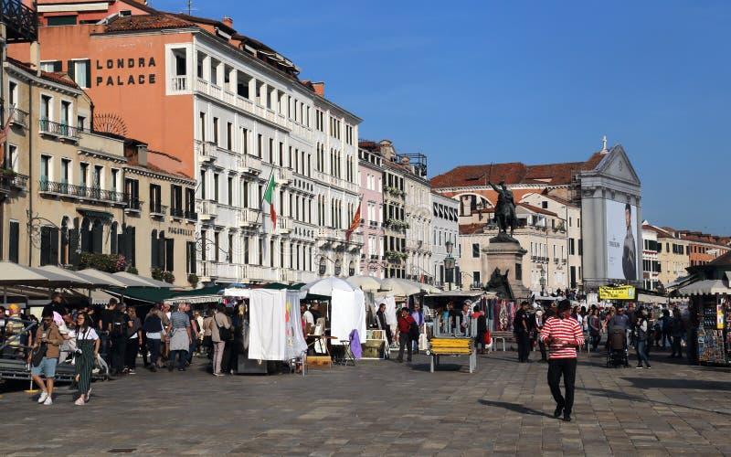Touristen auf der Ufergegend von Venedig, Italien lizenzfreie stockfotografie