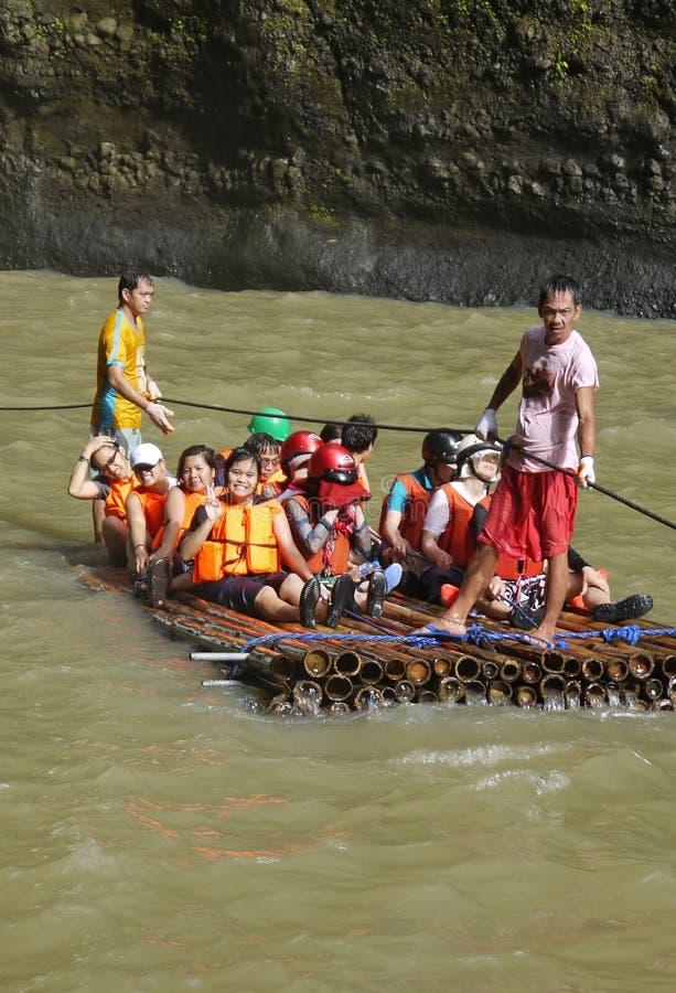 Touristen auf einem Floß stockfoto