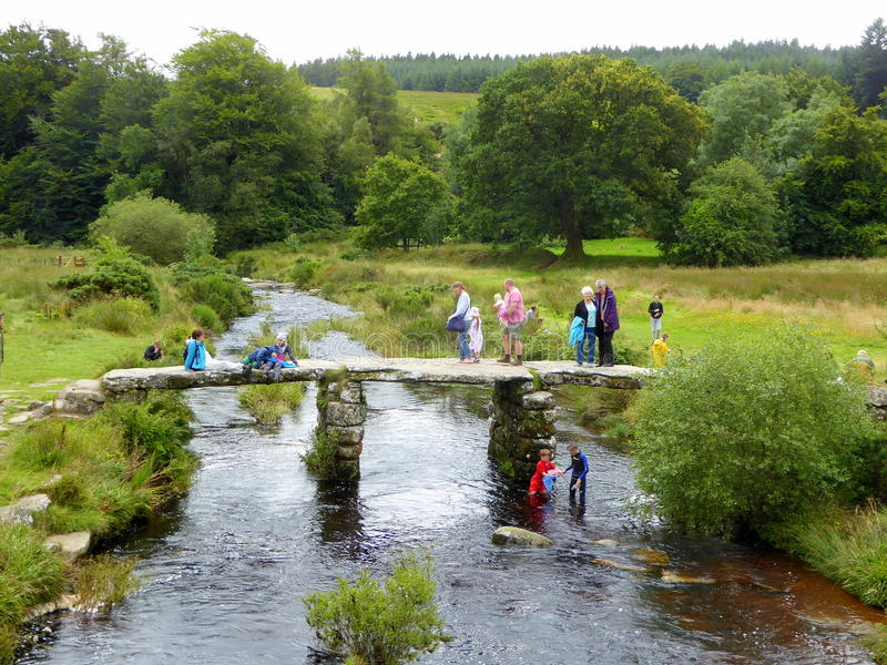Touristen auf historischer Brücke stockfotos