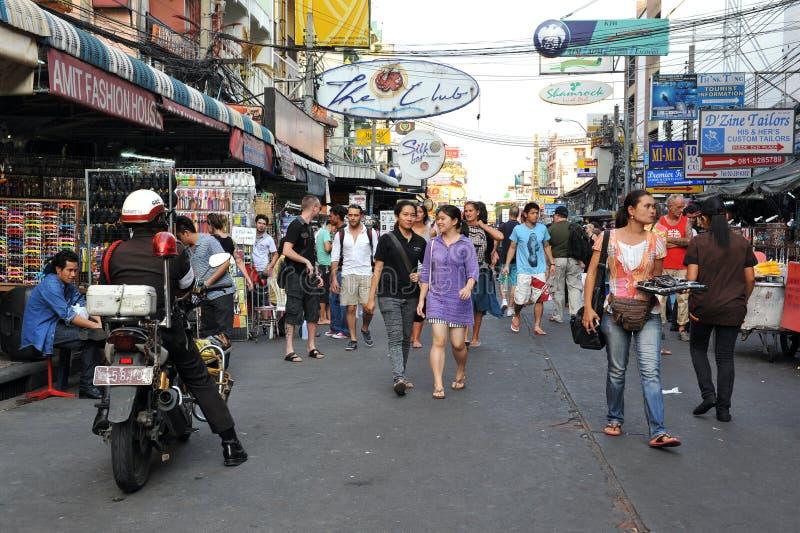 Touristen auf Khao San Straße in Bangkok lizenzfreie stockbilder