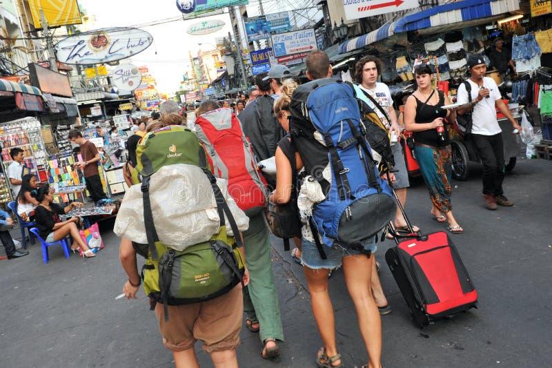 Touristen auf Khao San Straße in Bangkok lizenzfreies stockfoto