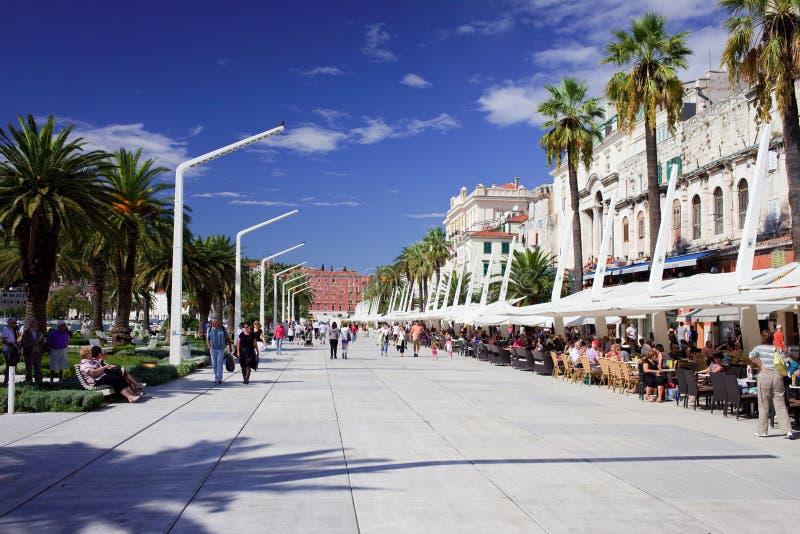 Touristen auf Promenade in der Spalte lizenzfreies stockfoto