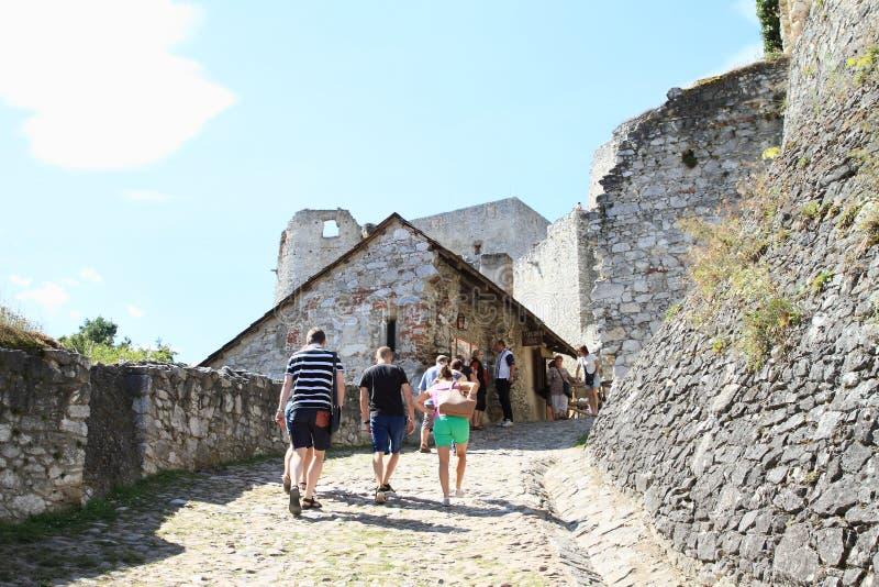Touristen auf Schloss Rabi stockfotografie