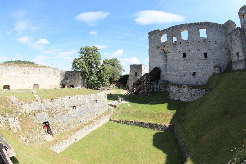 Touristen auf Schloss Rabi lizenzfreie stockfotos