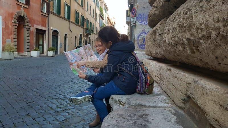 Touristen auf Stein setzt, über Giulia, Rom, Italien lizenzfreie stockfotos