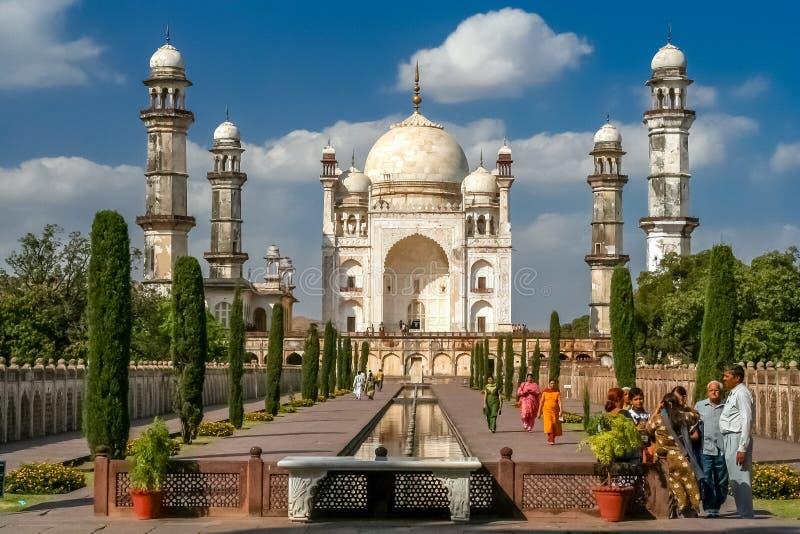 Touristen bei Mini Taj stockfotos